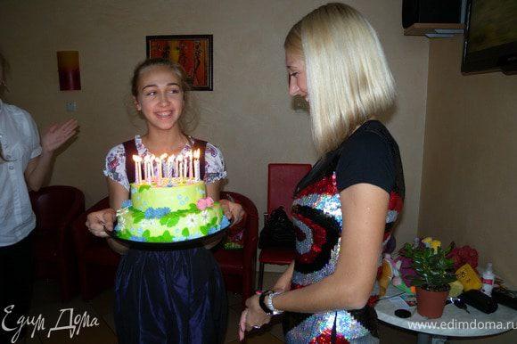 47. Счастливая обладательница (кстати, кто внимательный, тот уже где-то видел девочку, которая держит торт. Подсказка - (http://www.edimdoma.ru/photos/recipe/22929/show/111698).