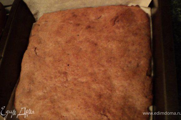 Приготовить сливочное суфле: подготовить как указано выше желатин. Охлажденные сливки взбить с йогуртом, добавив в конце сахар, ванилин и распущенный желатин. Форму, в которой выпекались коржи, застелить бумагой для выпечки. Положить на дно остывший корж.