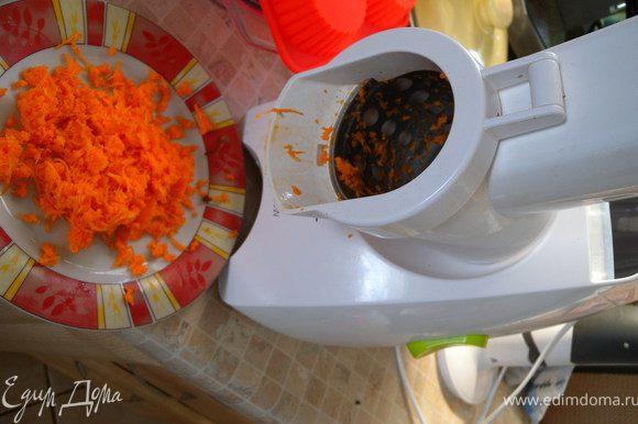 3. Морковь почистить и потереть на терке (оставить сырой).