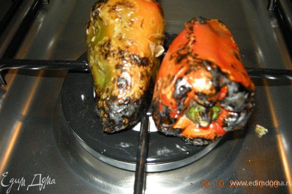Подготавливаем перцы - помыть, обсушить и бросить на открытый огонь на комфорке. Поварачивать попеременно, печь до тех пор пока кожа не обуглиться.