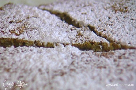 Готовый пирог остудить в форме, затем переложить на блюдо и посыпать сахарной пудрой.