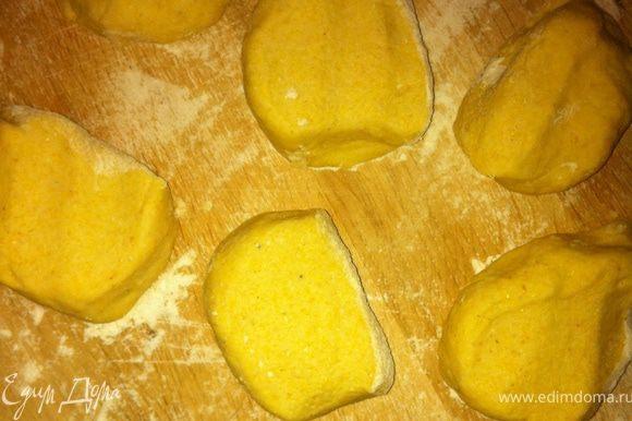 Начнем с тортилий! Просеиваем муку с солью, добавляем резаное масло и разминаем руками с мукой, постепенно добавляя вд у и замешивая тесто. Тесто вымешивать минуты 3-4. Затем делим его на 9 частей и раскатываем каждую в тоненькую лепешку. Каждую лепешку поджариваем на сухой сковороде с обеих сторон. Для такос нам нужны тортильи, сложенные пополам. Рекомендую складывать пока они теплые, т.к. потом высыхают и можно сломать(