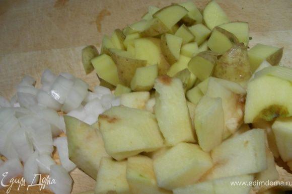 Нарезаем кубиками лук, яблоко и картофель.