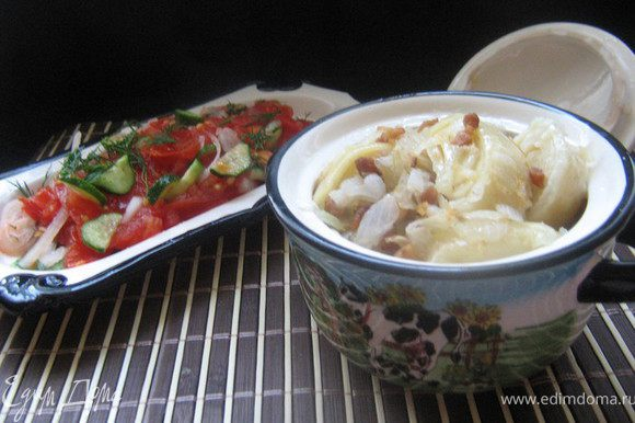 Картофель очистить,положить картофель в кастрюлю от мантоварки(мантышницы),залить холодной водой и поставить вариться.Из яйца,кефира,соды,соли и муки замесить тесто,разделить на две части,каждую часть раскатать,смазать каждый раскатанный круг раст.маслом,свернуть рулетом и нарезать на кусочки.Круги мантышницы смазать маслом и разложить на них галушки.Посмотреть картофель,он должен свариться до полу готовности.Вытащить картофель,добавить в кастрюлю воды,довести до кипения и поставить на кастрюлю круги с галушками.Готовить на пару 20-25 минут.А пока нарезать сало маленькими кубиками,обжарить на раскалённой сковороде до шкварок,добавить нарезанный лук,жарить до готовности.В порционные горшочки положить картофель,сверху галушки и залить растопленным салом,шкварками и луком,поставить в разогретую до 200С духовку на 10 мин.Подавать с салатом из свежих овощей. P.S.Если нет горшочков,то можно сделать проще.Картофель сварить до готовности,выложить в глубокую посуду,сверху готовые галушки и залить луком со шкварками.Приятного аппетита!