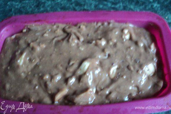 Затем постепенно добавить мучную смесь, хорошо смешать. В конце добавить орехи, изюм и яблоки. Тесто получается густое и тягучее. Выложить тесто в прямоугольную форму. Выпекать при температуре 200 градусов 1 час.