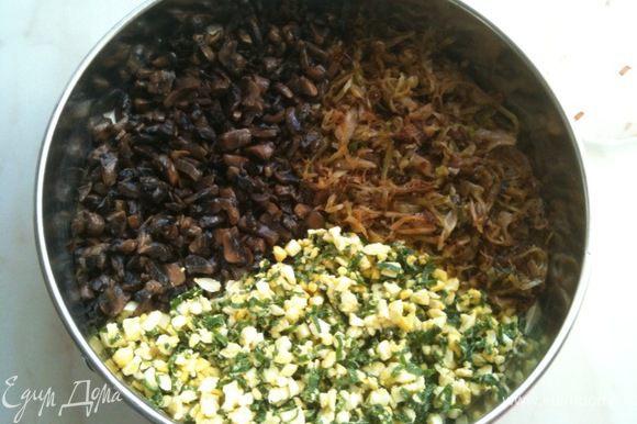 Разьемную форму смазать растительным маслом и выложить в нее 1/2 теста. Сверху выложить все три начинки.