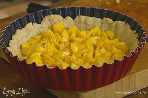 Вынуть пирог из духовки, выложить на него кусочки манго.