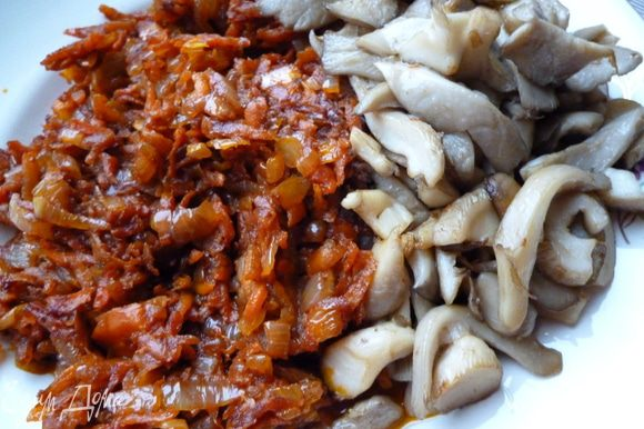 затем на том же масле и жире от ребрышек обжарим слегка лук,добавим к нему морковь,тоже слегка обжарим и добавим томат пасту и столовую ложку сахара,еще обжарим и отставим в сторону.