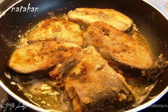 Пожарить рыбу в растительном масле с двух сторон.