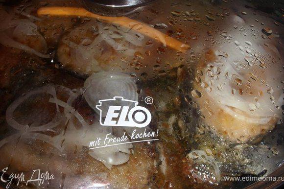 В сковороду вылить воду, закрыть крышкой и тушить минут 5-7 на маленьком огне.