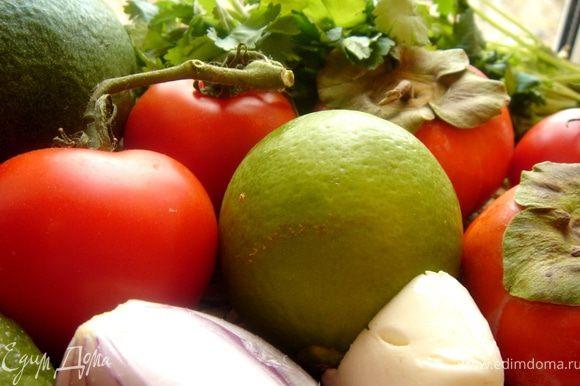 Хурму,авокадо,помидор и моцареллу нарезать дольками,лук-полукольцами,салатные листья порвать на части.Смешать все ингредиенты.Отдельно взбить вилкой заправку и полить ей салат,украсить листиками кинзы и посыпать орехами.Приятного аппетита!