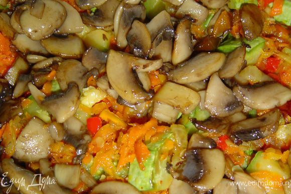 Соедините все овощи, грибы, добавьте измельченные помидоры, посолите, поперчите.
