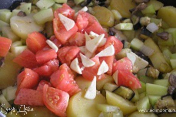 затем добавить нарезанные помидоры (без кожицы), чеснок, перемешать, тушить 3-4 минуты. Посолить, поперчить.