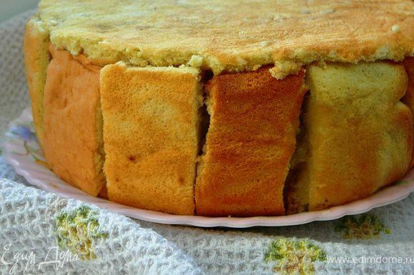 Теперь руками прсобрать брусочки-бока пирога,слегка прижать их к коржам,так же верхние коржи слегка придавить.Поставить пирог в холодильник часов на 5,а лучше на ночь.Затем достать пирог из холодильника,перевернуть на блюдо,разобрать разъемную форму,снять пленку и подавать к столу.