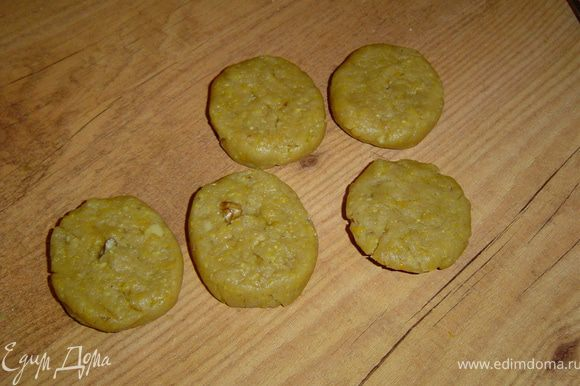 Раскатываем тесто колбаской, разделяем на кусочки.Формируем печенье в форме овала.
