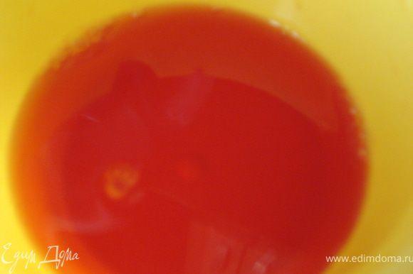 Возьмите 200 г малины, разомните ее и протрите через сито, а затем поместите на марлю и аккуратно выдавите сок(можно воспользоваться соковыжималкой). Сок разбавьте водой, поставьте на плиту и доведите до кипения. Когда сок закипит, всыпьте в него готовое малиновое желе и перемешайте до полного растворения. Таким образом приготовленное желе будет очень ароматным с насыщенным малиновым вкусом.