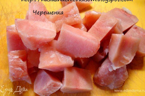 Куриное филе порезать крупными кусочками (можно использовать все части курицы)…