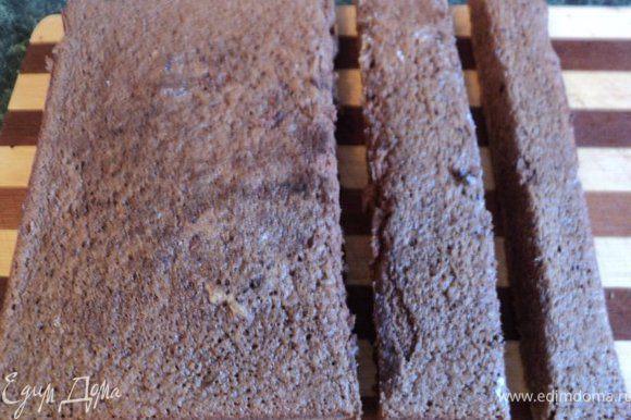 Один шоколадный бисквит разрезать на три части как на фото.