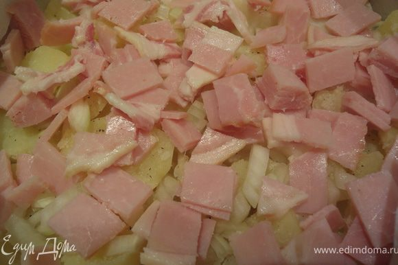 Форму застелить бумагой либо смазать маслом. Выложить слой картофеля, посолить и поперчить. Добавить лук и бекон (1/2), сверху сыр (1/2, смешав 2 вида сыра).