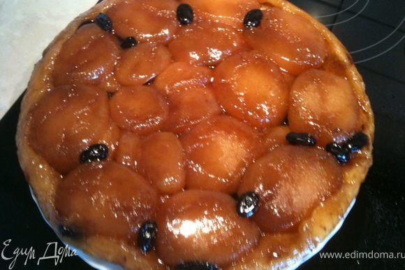 Готовый пирог достать из духовки и дать остыть до теплого состояния. После этого перевернуть форму на тарелку. Приятного аппетита!