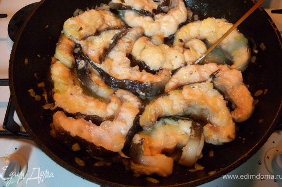 Сложить всю рыбу обратно в сковородку достаточно плотно одна к другой. Залить соком (оставить пару столовых ложек для соуса).