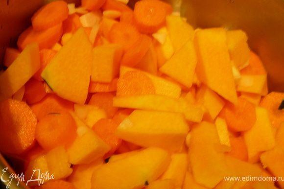 Овощи нарезаем произвольно, обжариваем минут 5, затем заливаем бульоном и готовим до мягкости овощей. С помощью блендера превращаем в пюре, солим, перчим.