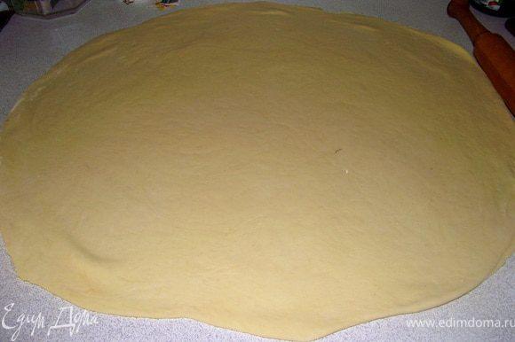 Берём сливочное масло(оно должно быть комнатной температуры, мягкое). мазываем 2/3 круга маслом и складываем пополам. Полукруг так же смазываем маслом, снова начинаем вымешивать руками(если надо подсыпать муки). Ставим в тёплое место на 20 минут.