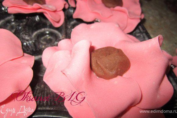 Когда цветок подсох, листики стали держать форму, можно делать серединку. Взять кусочек мягкой шокомастики. На капельку воды прикрепить в центр цветка.
