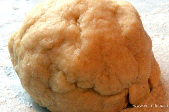 Плеснуть немного теплой воды (2-3 ст.л. или чуть больше, ориентируйтесь на месте) и замесить мягкое тесто. Оставить на 15-20 минут.