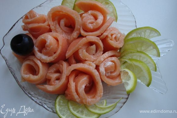 Если вдруг захочется малосольной рыбки, не обязательно идти в магазин. Можно просто достать из морозилки кусочек, снять с него шкуру (с замороженной рыбы она снимается легко), немного оттаять и тоненько нарезать, или оттаять совсем, но тогда уже очень тонко нарезать будет непросто. Затем можно сделать вот такую тарелочку http://www.edimdoma.ru/recipes/18058...