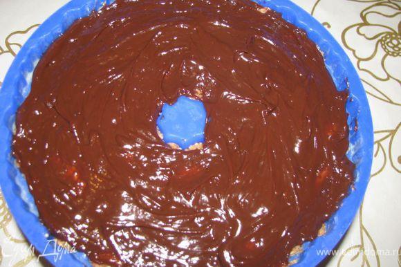 На водяной бане растопить шоколад, добавить сливки, перемешать и залить поверх печенья с миндалем - поставить в холодильник до застывания.