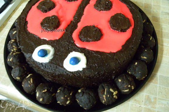 Переложить торт в помощью лопатки на поднос (не забудьте забрать дно от формы) Уложить по кругу шарики.