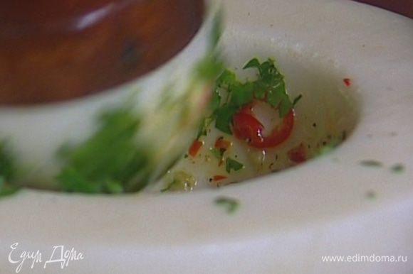 Приготовить острый соус, растерев в ступке перец чили, чеснок, 2 ст. ложки оливкового масла, щепотку морской соли, щепотку перца и петрушку.