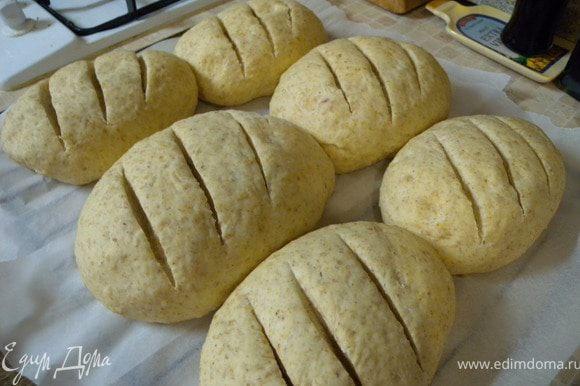 Я еще порезала. Это делаю, когда хлеб уже подойдет. Очень острым ножом быстрым и точным движением.