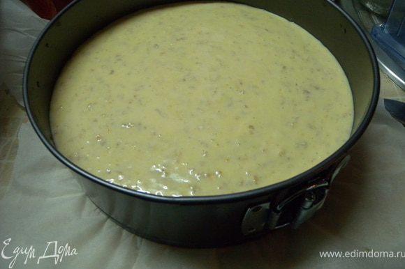 Вылить тесто поверх яблок и отправить в разогретую духовку до 170 с. Выпекать более часа. Готовность проверять зубочисткой или деревянной палочкой.