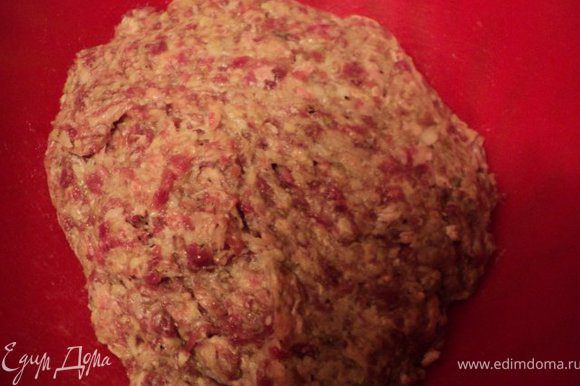 В фарш добавить натертые сырой картофель, ½ луковицы, соль, специи по вкусу, хорошо перемешать, немного выбить.