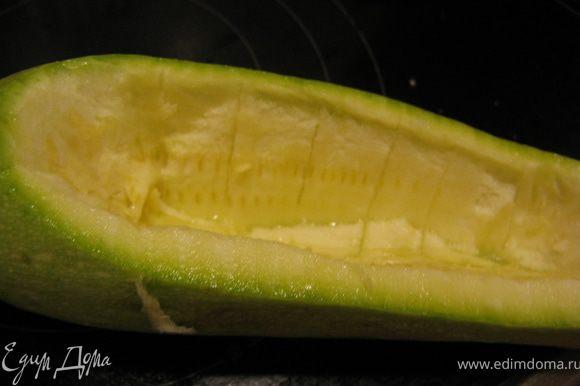 У кабачков срезать вдоль небольшую часть и вырезать мякоть. Должны получиться лодочки со стенкой примерно 0,5 см.