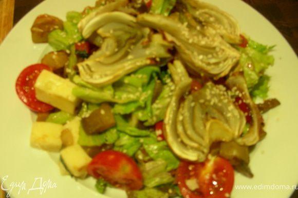 Выкладываем овощи (кроме фенхеля, его лучше сверху выкладывать, так как он хрупкий), сыр, салатные листья в салатницу, заправляем заправкой. Раскладываем по тарелкам, сверрху фенхель, посыпаем базиликом и кунжутом и подаем. Приятного аппетита)