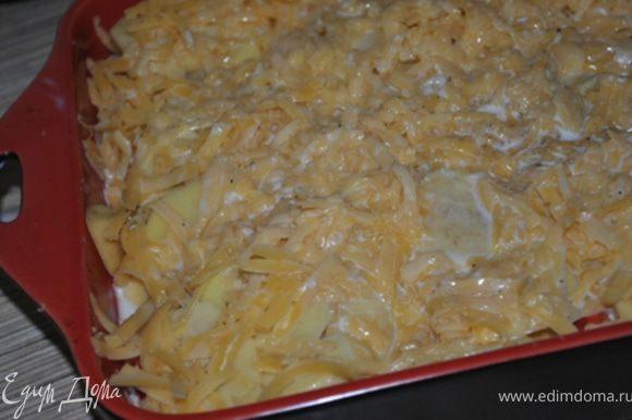 Сыр натереть на терке и посыпать сверху картофеля. В молоко добавить соль, перец, мускатный орех и залить овощи.