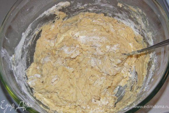 Всеять муку(600г) в большую миску.Добавить соль.Яйца чуть взбить венчиком.Масло смешать и растопить(1мин в микроволновке). Сделать углубление в муке и вылить в ямку яйца,масло и опару.Сначала замесить при помощи вилки(или комбайна с насадкой для теста).