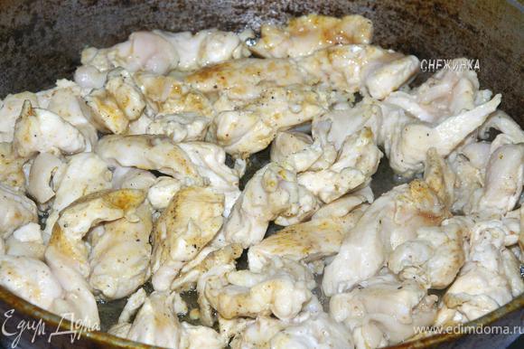В это время разогреваем сковороду с небольшим количеством растительного масла и отправляем в нее курицу. Обжариваем на сильном огне со всех сторон.