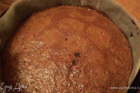 Взбитые яйца добавить к растертому маслу, хорошо перемешать. Добавить мучную смесь, кофе, перемешать.Дно и бока формы для выпечки застелить бумагой для выпечки, смазать маслом и вылить тесто. Поставить в разогретую духовку и выпекать при температуре 180 градусов 30мин. Готовый корж слегка охладить, снять пергамент, полностью остудить на решетке.
