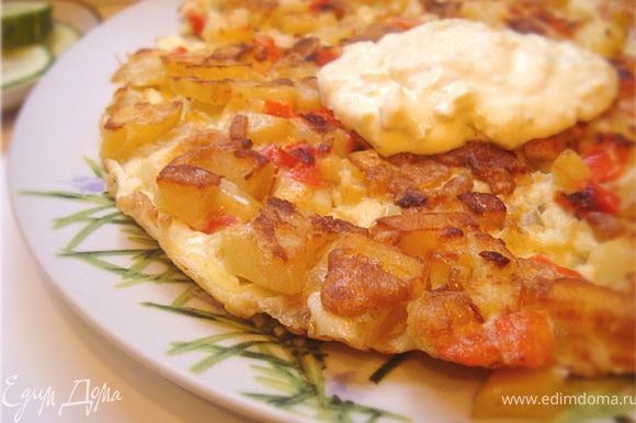 Подавать тортилью на ужин (!) горячей на большом блюде с соусом айоли.