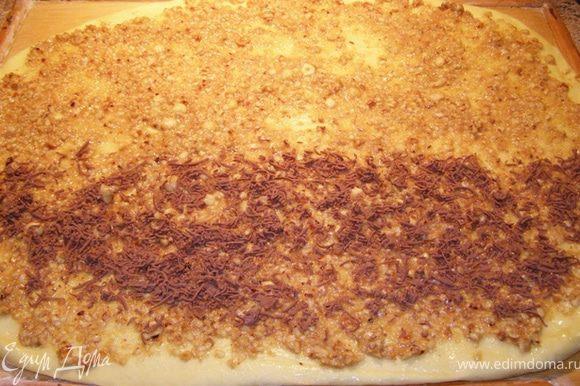 Раскатаем тесто в тонкий пласт, смажем его растопленным сливочным маслом, сверху распределим ореховую смесь. У меня было пол шоколадки, я ее натерла на терке и распределила на половину теста