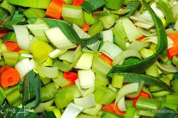Итак, мы все подготовили: замариновали мясо, нарезали овощи и грибы, почистили чеснок, подготовили вино, протертые томаты, свежий розмарин, маслины и слоеное тесто. Теперь начинается самое интересное – приступаем непосредственно к процессу приготовления нашего неповторимого, роскошного блюда! Для приготовления нам понадобится утятница или гусятница, а можно и чугунный сотейник с крышкой (я использовал утятницу). На дно нашей посуды выкладываем подготовленный овощной микст – морковь, сельдерей и порей. Чуточку подсолим его морской солью.