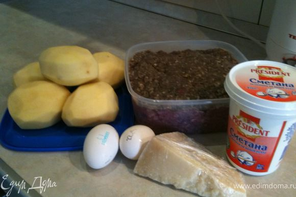 Картофель очистить и отварить до готовности. Фарш заправить по Вашему вкусу.