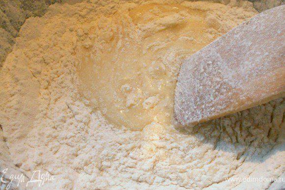 Постепенно добавить разрыхлитель и муку, замесить мягкое тесто. Оно должно получиться влажным, липким, тяжелым, но не крутым, с ложки стекать не должно, расползаться на противене тоже.
