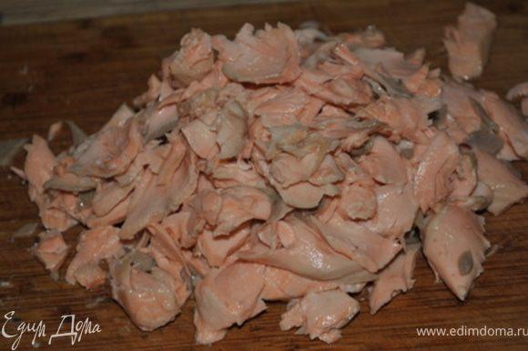 Филе рыбы разрезать на 2 или 3 куска и опустить в кастрюлю, залить водой (чтобы она только покрыла его). Положить лавровый лист, лимонную цедру, соль, немного поперчить и довести до кипения. Снять с огня, накрыть крышкой и оставить на 10 минут. Затем слить воду, но не выливать ее. Рыбу разделить на части, убрав кожу и кости.