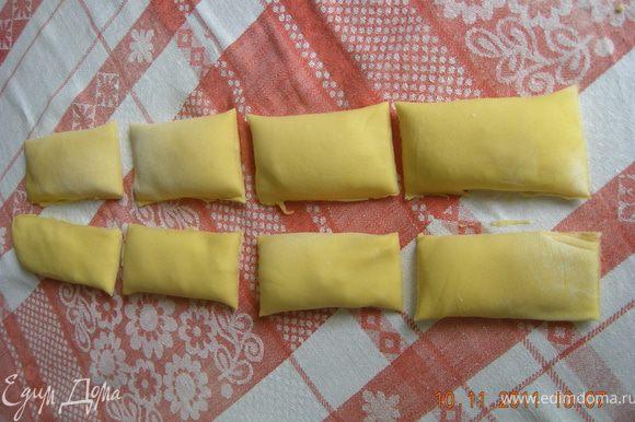 Делаем также тарелкой разрез по середине. Штрукли готовы для варки или запекания.