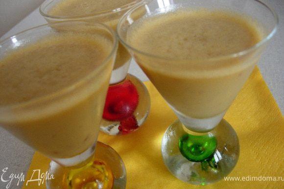 Разливаем сабайон по креманкам или в бокалы и ставим в холодильник на 2 часа.